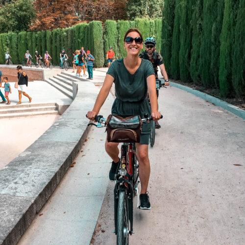 En kvinna på en cykel