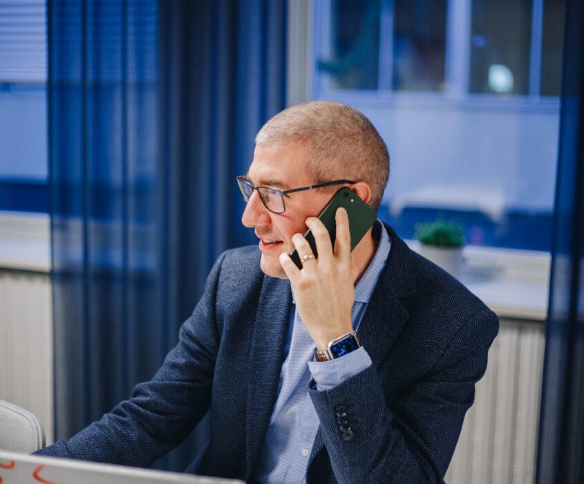 Man som pratar i telefon i konferensrum