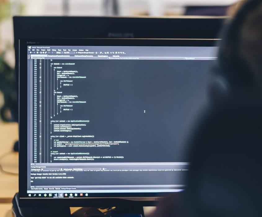 En skärm som visar en utvecklare som kodar