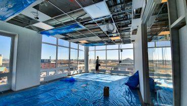 Softhouse-medarbetare blickar ut över utsikte från vårt nya Kontor i Slagthuset