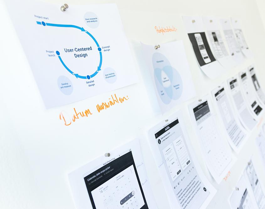 Olika pappren med förslag på layout och systemfunktionalitet